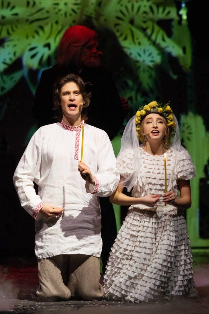 Молодой Распутин (Антон Авдеев) и Глашенька (Евдокия Малевская)